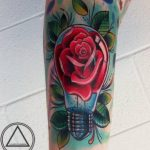 Tatouage ampoule avec rose a l interieur par the art de londres