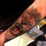 Tatouage felin lion rugissant par romain abrego