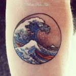 Tatouage grande vague hokusai realise par pinta pieles tattoo