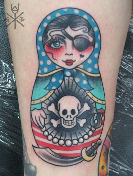Tatouage matriochka poupee pirate borgne par gemma b