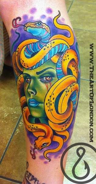 Tatouage meduse mythologie revue en version tres coloree par londres reese