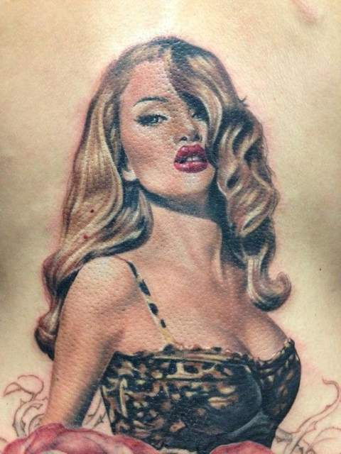 Tatouage pin up blonde sexy par randy engelhard