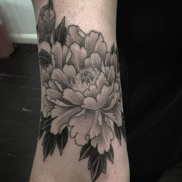 Tatouage pivoine monochrome par chris garver