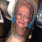 Tatouage portrait grand mere hommage par reese de studio tattoo md